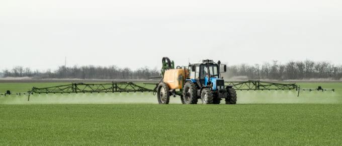 Traktor versprüht Glyphosat